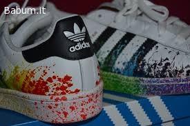 scarpe adidas con schizzi di vernice