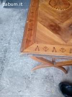 Tavolino in legno decorato